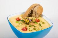 ein-napf-ein-teller-suppe-mensch